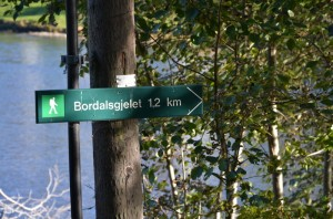 Ooh! A sign!  How un-norwegian.  We really are in tourist central.